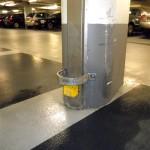RVS kapbeugel in een parkeergarage